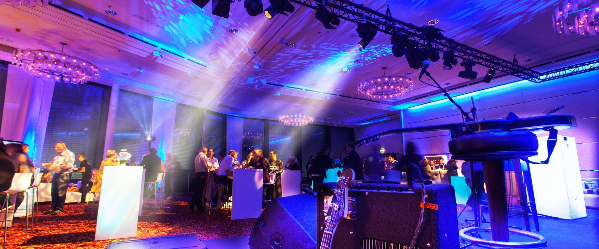 Eventfotografie Reportage, Stimmungsbild von Lichtdesign mit Bühne, fotograf-spitz